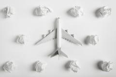 Πρότυπο πέταγμα αεροπλάνων μεταξύ των σύννεφων εγγράφου Στοκ εικόνα με δικαίωμα ελεύθερης χρήσης