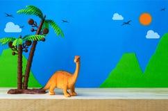 Πρότυπο παιχνιδιών δεινοσαύρων Brachiosaurus στο άγριο υπόβαθρο προτύπων Στοκ Εικόνες