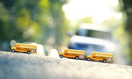 Πρότυπο παιχνιδιών σχολικών λεωφορείων στο δρόμο Στοκ Εικόνες