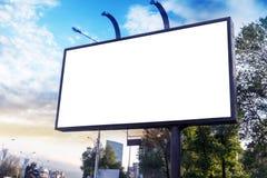 Πρότυπο πινάκων διαφημίσεων εμβλημάτων για τη διαφήμιση στην πόλη στοκ φωτογραφία με δικαίωμα ελεύθερης χρήσης