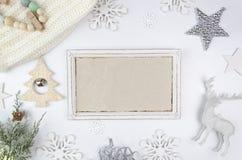 Πρότυπο πλαισίων Χαρούμενα Χριστούγεννας Ελάφια Χριστουγέννων, ασημένιοι αστέρι και κλάδοι ενός χριστουγεννιάτικου δέντρου με του Στοκ φωτογραφίες με δικαίωμα ελεύθερης χρήσης