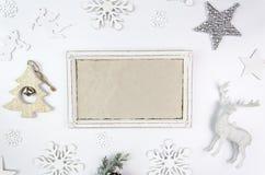 Πρότυπο πλαισίων Χαρούμενα Χριστούγεννας Ελάφια Χριστουγέννων, ασημένιοι αστέρι και κλάδοι ενός χριστουγεννιάτικου δέντρου με του Στοκ φωτογραφία με δικαίωμα ελεύθερης χρήσης