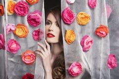 Πρότυπο πορτρέτο κοριτσιών μόδας ομορφιάς με τα λουλούδια Στοκ Εικόνες