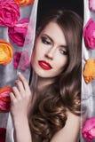 Πρότυπο πορτρέτο κοριτσιών μόδας ομορφιάς με τα λουλούδια Στοκ Φωτογραφία