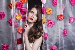 Πρότυπο πορτρέτο κοριτσιών μόδας ομορφιάς με τα λουλούδια Στοκ εικόνα με δικαίωμα ελεύθερης χρήσης