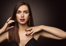 Πρότυπο πορτρέτο μόδας ομορφιάς, κόσμημα δαχτυλιδιών γυναικών, μακριά καφετιά τρίχα κοριτσιών στοκ φωτογραφία