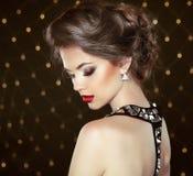 Πρότυπο πορτρέτο Brunette μόδας Κόσμημα και Hairstyle κομψός Στοκ Εικόνες