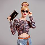 Πρότυπο προκλητικό ξανθό κορίτσι μόδας, γυαλιά ηλίου γοητείας Στοκ Φωτογραφίες