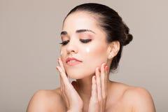 Πρότυπο προστατεύοντας δέρμα με Sunscreen στοκ εικόνες