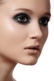 Πρότυπο πρόσωπο γυναικών πολυτέλειας με την κομψή σύνθεση μόδας, καθαρό δέρμα Στοκ Εικόνα