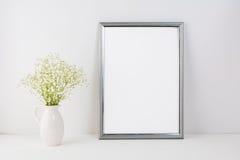 Πρότυπο πλαισίων με τα άσπρα τρυφερά λουλούδια Στοκ φωτογραφίες με δικαίωμα ελεύθερης χρήσης
