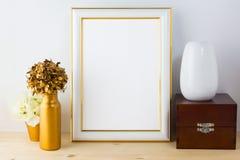 Πρότυπο πλαισίων με τα βάζα, το ξύλινο κιβώτιο και το χρυσό δοχείο λουλουδιών Στοκ φωτογραφίες με δικαίωμα ελεύθερης χρήσης