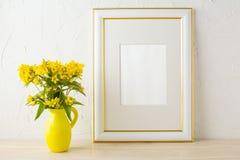 Πρότυπο πλαισίων με τα μικρά κίτρινα λουλούδια στο τυποποιημένο βάζο σταμνών Στοκ φωτογραφίες με δικαίωμα ελεύθερης χρήσης