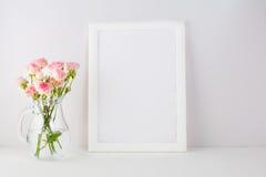 Πρότυπο πλαισίων με τα ρόδινα τριαντάφυλλα Στοκ Εικόνα