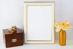 Πρότυπο πλαισίων με το ξύλινο κιβώτιο και το χρυσό βάζο Στοκ Φωτογραφία