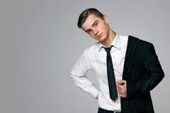 πρότυπο σε ένα μοντέρνο κοστούμι και ένα άσπρο στούντιο πουκάμισων Στοκ Εικόνες