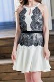 Πρότυπο σε ένα όμορφο μπεζ φόρεμα δαντελλών Στοκ φωτογραφία με δικαίωμα ελεύθερης χρήσης