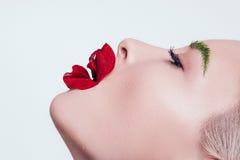 Πρότυπο σε μια ομορφιά που βλασταίνεται με το λουλούδι στο άσπρο υπόβαθρο στοκ φωτογραφίες