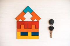 Πρότυπο σπίτι από τον ξύλινο γρίφο με το κλειδί στοκ εικόνες