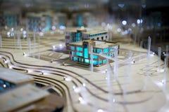 Πρότυπο σπίτι με τα μπλε παράθυρα στοκ φωτογραφία με δικαίωμα ελεύθερης χρήσης