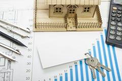 Πρότυπο σπίτι, σχέδιο οικοδόμησης για την οικοδόμηση, κλειδιά, κενή επαγγελματική κάρτα, πυξίδα διαιρετών Υπολογιστής τα επίπεδα  Στοκ Εικόνες
