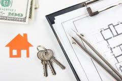 Πρότυπο σπίτι, σχέδιο οικοδόμησης για την οικοδόμηση, κλειδιά κτήμα έννοιας πραγματικό Στοκ εικόνες με δικαίωμα ελεύθερης χρήσης