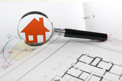 Πρότυπο σπίτι, σχέδιο οικοδόμησης για την οικοδόμηση, κλειδιά κτήμα έννοιας πραγματικό Στοκ Εικόνες