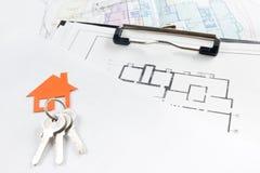 Πρότυπο σπίτι, σχέδιο οικοδόμησης για την οικοδόμηση, κλειδιά κτήμα έννοιας πραγματικό Στοκ Φωτογραφίες