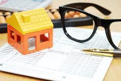 Πρότυπο σπιτιών και εξάρτημα γραφείων στον τραπεζικό λογαριασμό Στοκ φωτογραφία με δικαίωμα ελεύθερης χρήσης