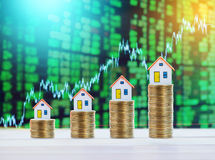 Πρότυπο σπιτιών και χρήματα νομισμάτων, υποθήκη και επένδυση W ακίνητων περιουσιών Στοκ φωτογραφία με δικαίωμα ελεύθερης χρήσης