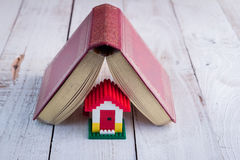 Πρότυπο σπιτιών με το ημερολόγιο ως στέγη Στοκ εικόνα με δικαίωμα ελεύθερης χρήσης