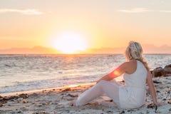 Πρότυπο στην παραλία στο ηλιοβασίλεμα Στοκ Εικόνες