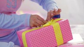 Πρότυπο στις πυτζάμες που συσκευάζουν τα χριστουγεννιάτικα δώρα απόθεμα βίντεο