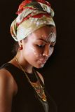 Πρότυπο στο αφρικανικό ύφος με την εκφραστική σύνθεση και στα φωτεινά ενδύματα Στοκ εικόνα με δικαίωμα ελεύθερης χρήσης