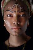 Πρότυπο στο αφρικανικό ύφος με την εκφραστική σύνθεση και στα φωτεινά ενδύματα Στοκ Φωτογραφία