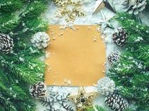 Πρότυπο σχεδίου Χριστουγέννων με τη διακόσμηση, κλάδος πεύκων στο χιόνι Στοκ Φωτογραφίες