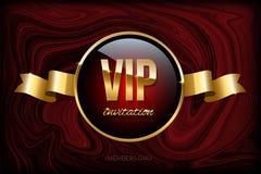 Πρότυπο σχεδίου VIP πρόσκλησης Διανυσματικά χρυσά κορδέλλα και κείμενο VIP πρόσκλησης στη σκούρο κόκκινο μαρμάρινη σύσταση διανυσματική απεικόνιση