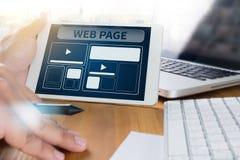 Πρότυπο σχεδίου Ιστού και κινηματογράφηση σε πρώτο πλάνο ιστοσελίδας που πυροβολείται του lap-top με το Di Στοκ Φωτογραφία