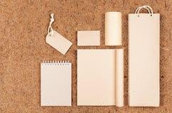 Πρότυπο της κενής ανακυκλωμένης ο Κραφτ συσκευασίας και των χαρτικών εγγράφου στο καφετί υπόβαθρο ινών καρύδων Στοκ φωτογραφία με δικαίωμα ελεύθερης χρήσης