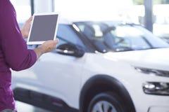 Πρότυπο της ταμπλέτας του πωλητή αυτοκινήτων στην ενασχόληση του σαλονιού με τα οχήματα extravagance στοκ φωτογραφία με δικαίωμα ελεύθερης χρήσης