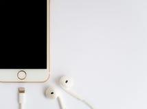 Πρότυπο της Apple iPhone7 και πρότυπο της Apple EarPods Στοκ εικόνα με δικαίωμα ελεύθερης χρήσης