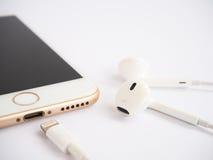 Πρότυπο της Apple iPhone7 και πρότυπο της Apple EarPods Στοκ φωτογραφία με δικαίωμα ελεύθερης χρήσης