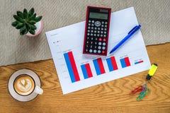 Πρότυπο του γραφείου οικονομικής λογιστικής με τον υπολογιστή και τα statis στοκ εικόνες