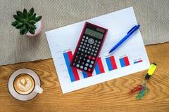 Πρότυπο του γραφείου οικονομικής λογιστικής με τον υπολογιστή και τα statis στοκ εικόνα με δικαίωμα ελεύθερης χρήσης
