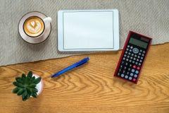 Πρότυπο του γραφείου οικονομικής λογιστικής με τον υπολογιστή και την ταμπλέτα στοκ φωτογραφία με δικαίωμα ελεύθερης χρήσης