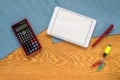 Πρότυπο του γραφείου οικονομικής λογιστικής με τον υπολογιστή και την ταμπλέτα στοκ φωτογραφίες