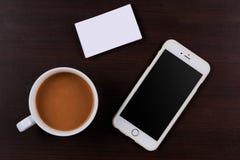 Πρότυπο του κινητού τηλεφώνου με την κενές οθόνη και τις επαγγελματικές κάρτες Στοκ Εικόνες