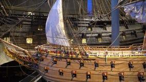 Πρότυπο του ξύλινου σκάφους πάλης του 17ου αιώνα ενάντια στο σκηνικό των αναδημιουργημένων αγγείων σκαφών στο ίδιο μουσείο απόθεμα βίντεο