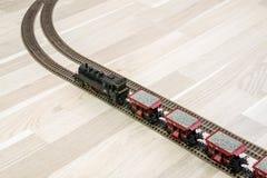 Πρότυπο τραίνο ατμού στο ξύλινο πάτωμα, παιχνίδι για τους ενηλίκους Στοκ Εικόνες