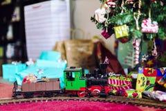 Πρότυπο τραίνο με το χριστουγεννιάτικο δέντρο και τα δώρα Στοκ εικόνα με δικαίωμα ελεύθερης χρήσης